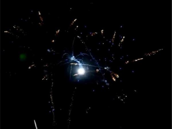 Feuerwerk Moving Willows- Z-shape blue mines rising to golden strobing willow   von Pyrotrade online kaufen im Feuerwerkshop Funkelfun